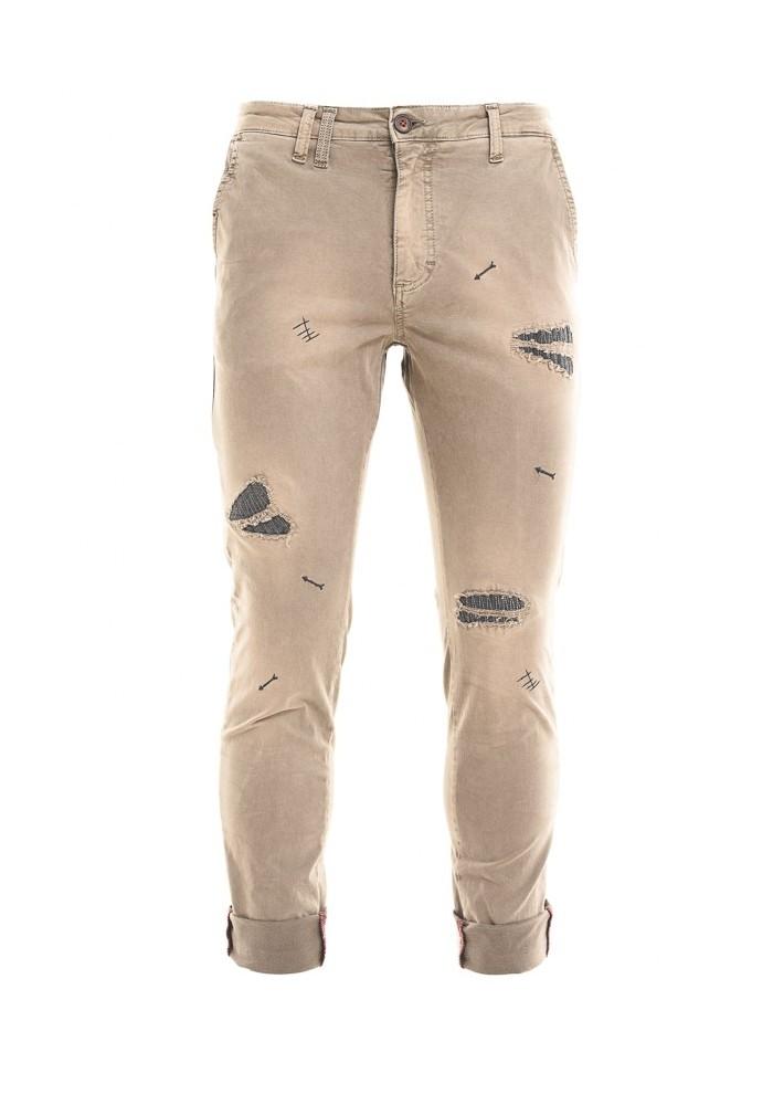 Vi consigliamo anche questi jeans strappati della collezione  autunno-inverno 16 da abbinare con una giacca blu a quadri  f6f0524e67f